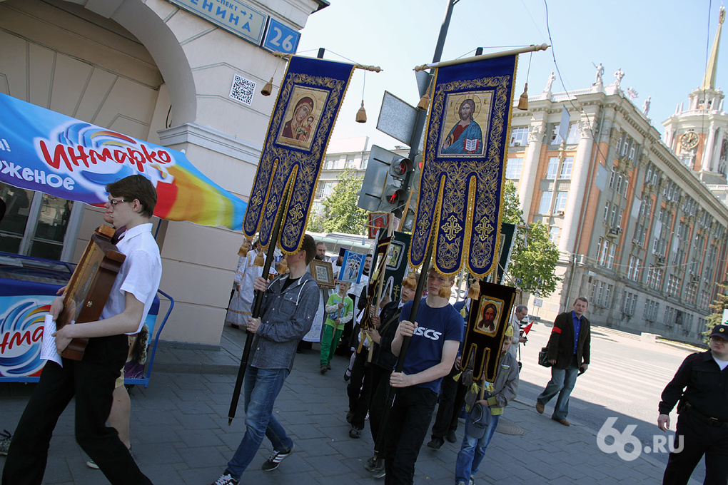 Тысяча екатеринбуржцев отметила конец учебного года крестным ходом