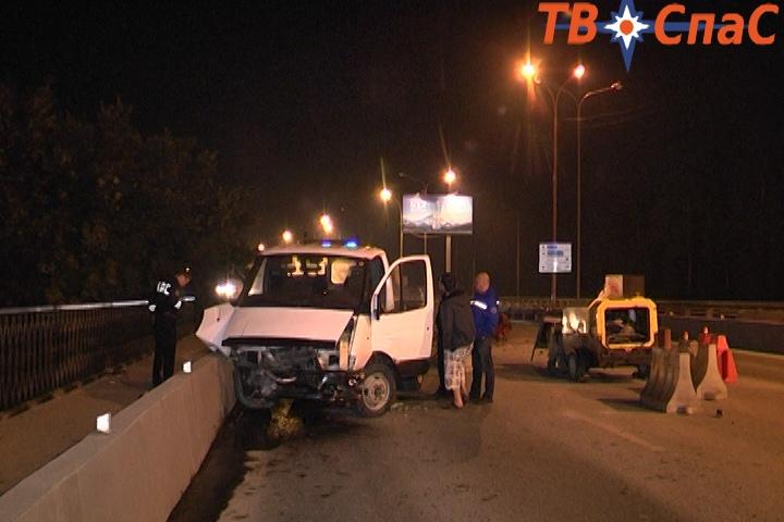 На новой развязке на Московской пьяный водитель разбил «Газель» об ограждения
