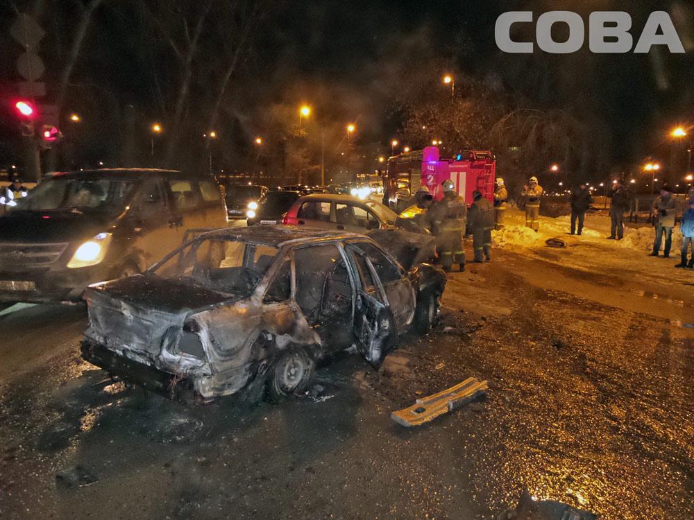 На Бебеля после лобового столкновения вспыхнул автомобиль