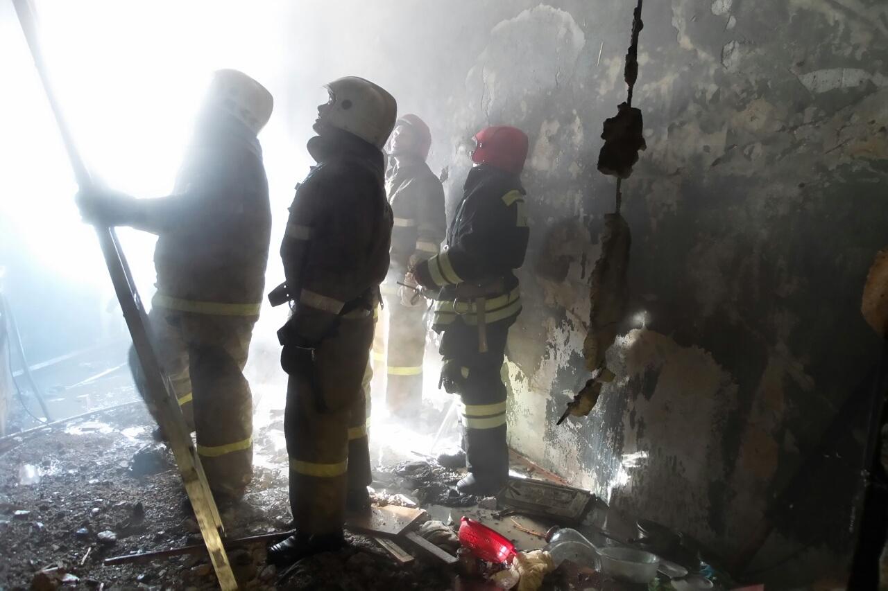 Спасатели эвакуировали восемь человек из горящего дома на Баумана