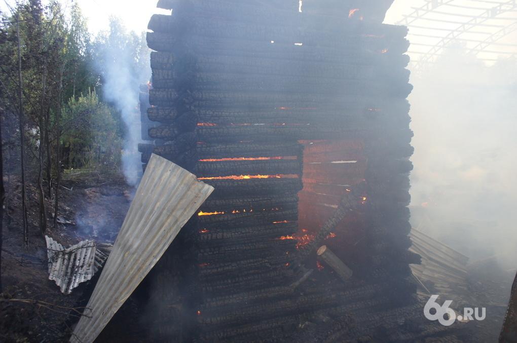 На Уралмаше сгорела пилорама