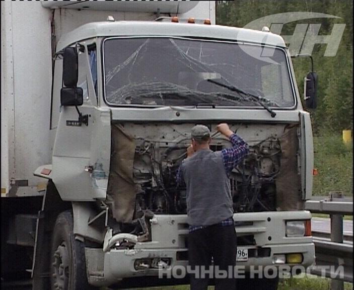На Серовском тракте КамАЗ врезался в прицеп трактора