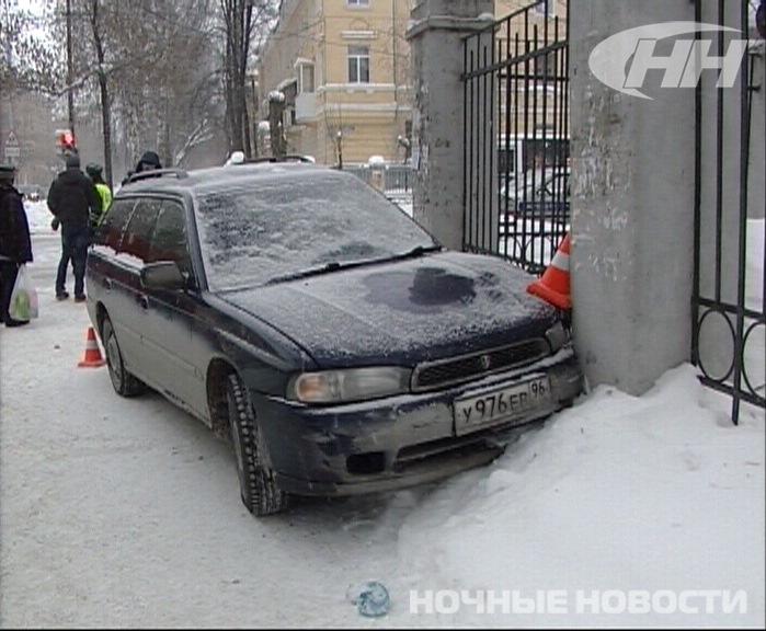 На Эльмаше водитель Subaru сбил трех человек на тротуаре