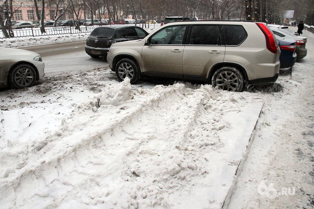 Мешаете убирать снег: мэрия Екатеринбурга просит три дня не садиться за руль