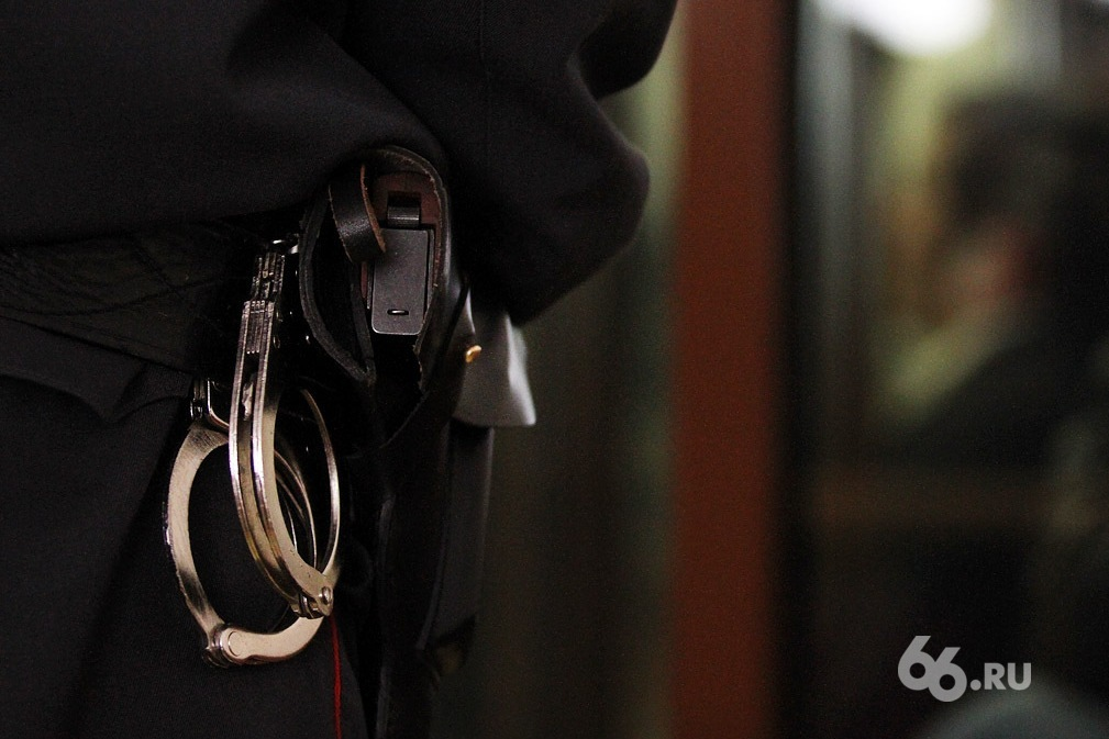 Жители Каменска-Уральского похитили человека, чтобы снять деньги с его банковских карт
