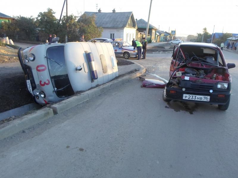 В Ирбите «Ока» снесла с дороги уазик скорой помощи