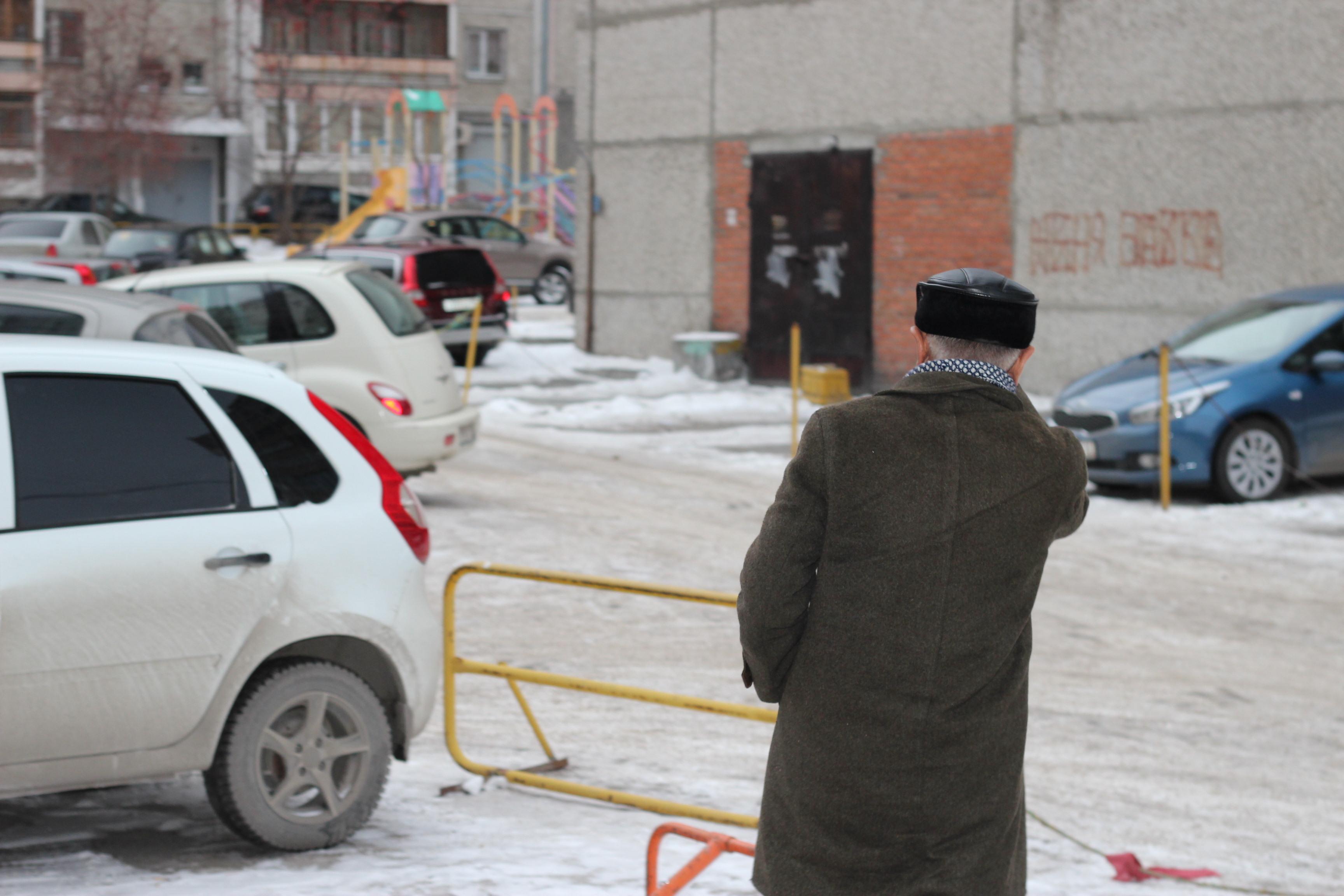 Заколдованный двор на Сурикова: ГИБДД штрафует тех, кто не платит за незаконную парковку