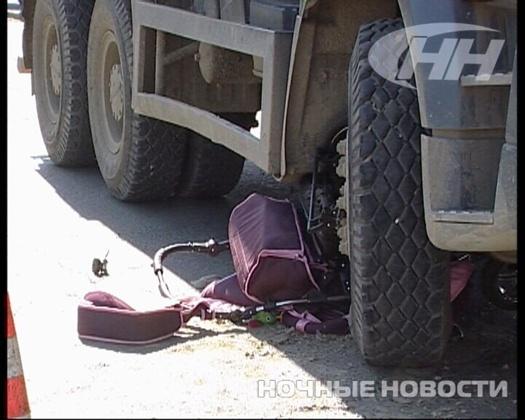 Видео! Камера наблюдения засняла, как КамАЗ раздавил коляску