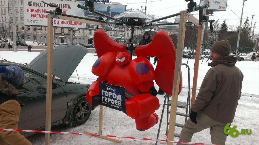 Учитесь рекламировать: в Екатеринбурге запустили в небо красного робота