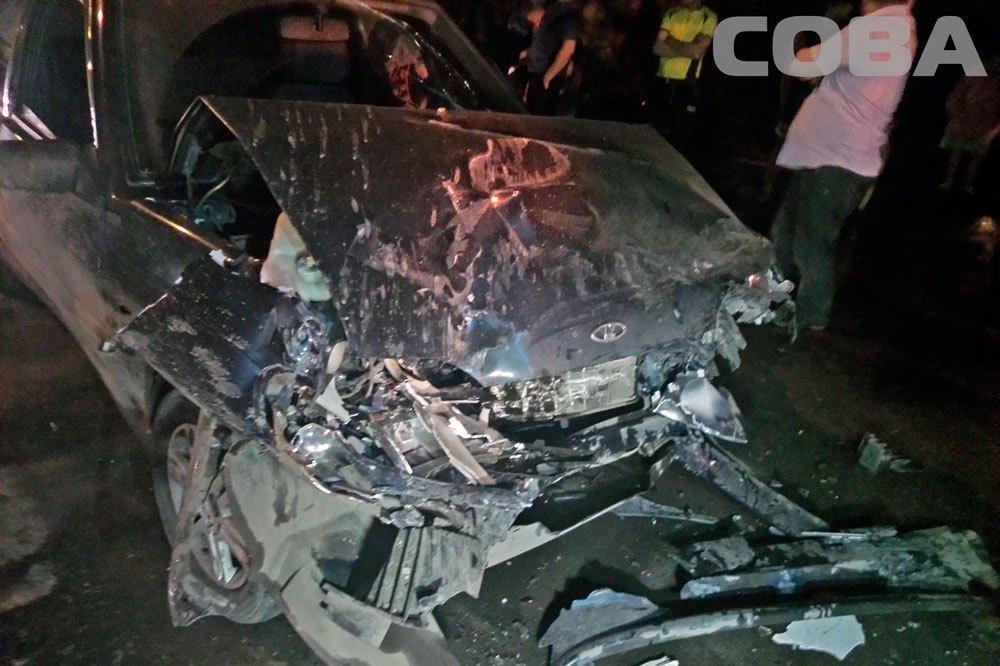 В Екатеринбурге «девятка» на скользкой дороге врезалась в такси