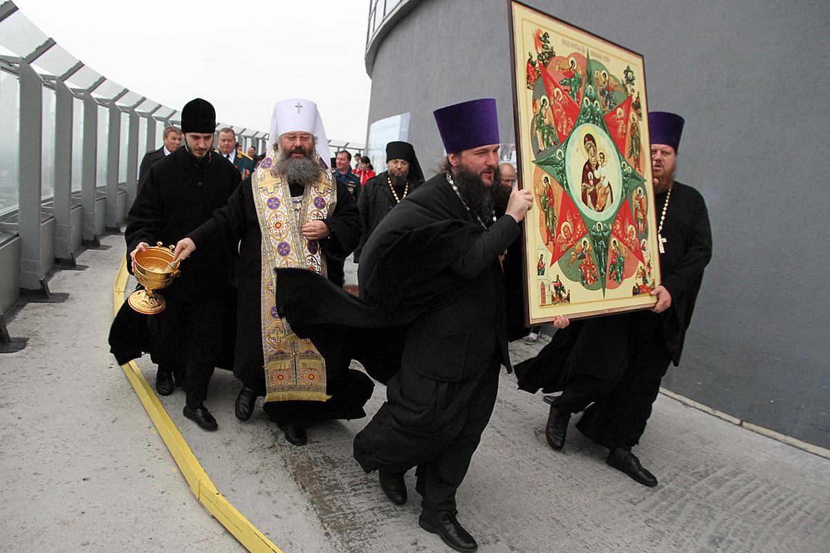 Митрополит Кирилл освятил Екатеринбург с «Высоцкого»