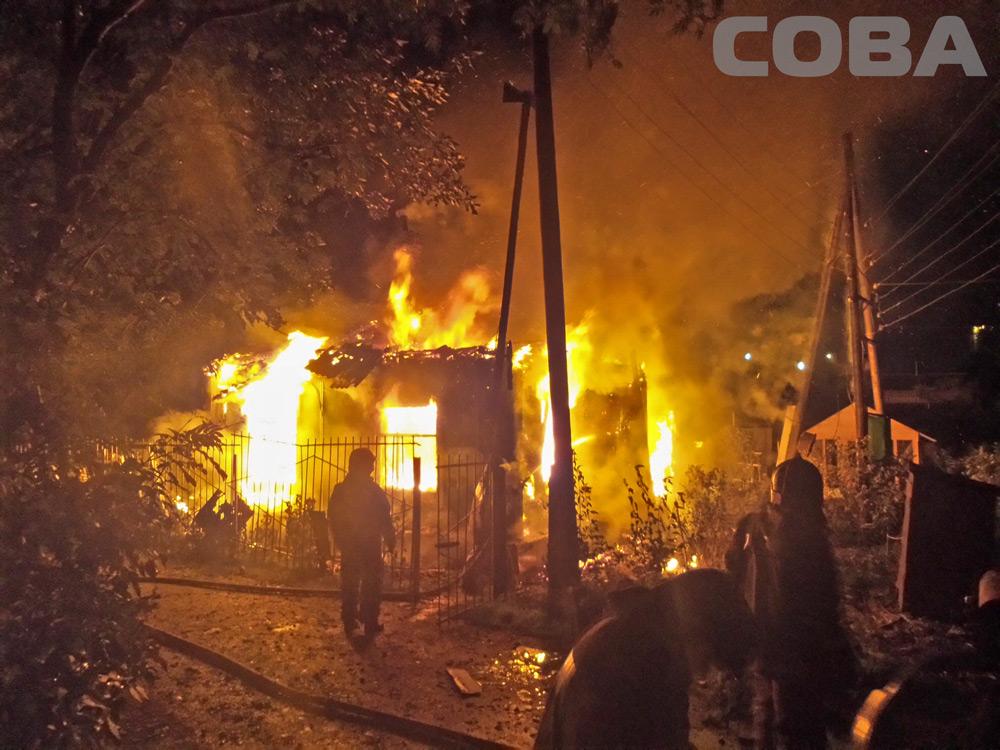 В саду недалеко от ТЦ «Мега» сгорел домик сторожа