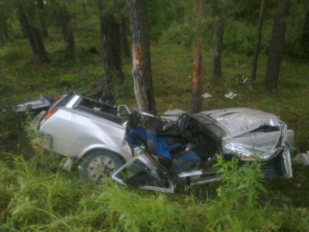 Под Березовским «Жигули» расплющило о деревья: два человека погибли