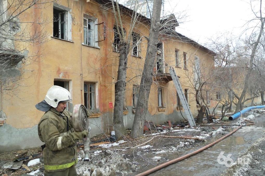 Опять из-за бомжей: в Пионерском поселке горел заброшенный барак