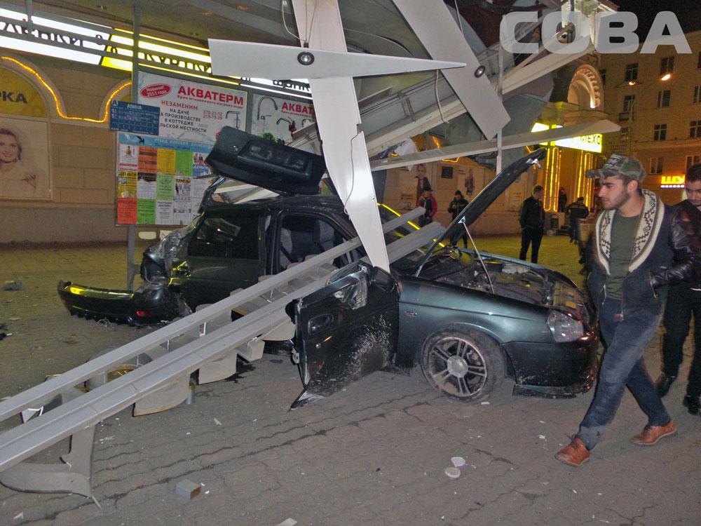 На Свердлова — Азина Lada Priora снесла автобусную остановку