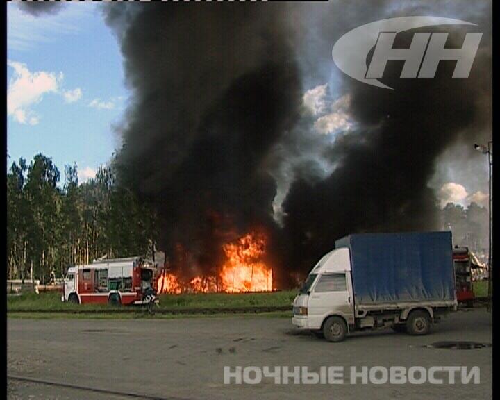 У пожарных возникли трудности при тушении склада на Уралмаше