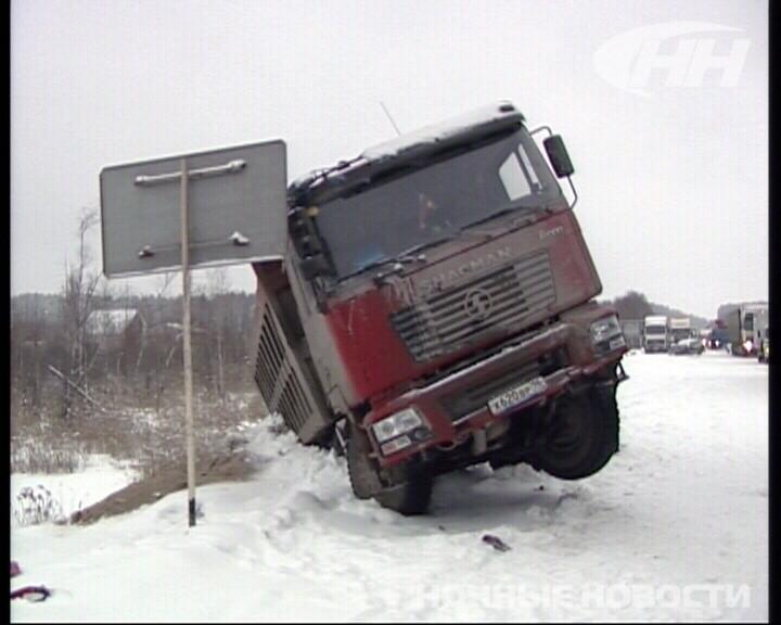 Снегопад спровоцировал столкновение 10 машин на дублере Сибирского тракта
