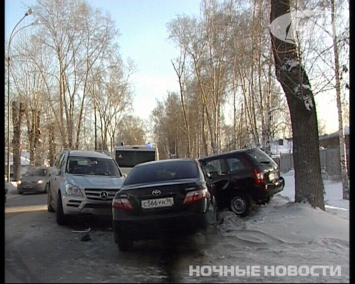 На Шаумяна Mercedez и Toyota вытолкнули ВАЗ с дороги