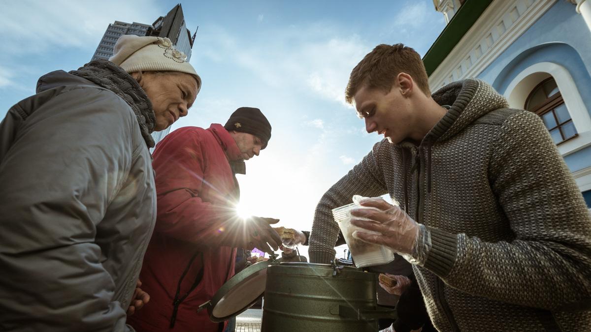 Тимофей и его команда: зачем четверо парней приезжают на вокзал с едой для бездомных и стариков
