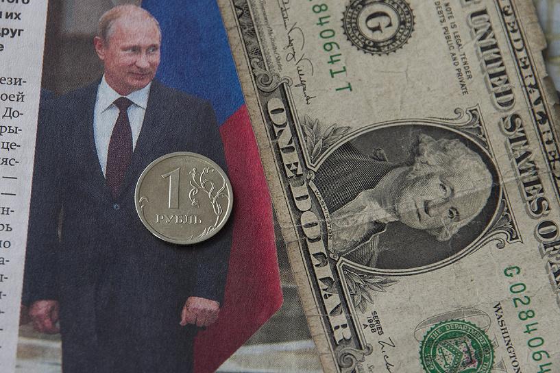Рубль за день потерял 7% к доллару на фоне снижения рейтинга России до «мусорного» уровня