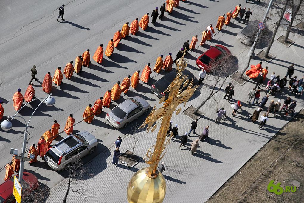 Фоторепортаж 66.ru: пасхальный крестный ход в Екатеринбурге