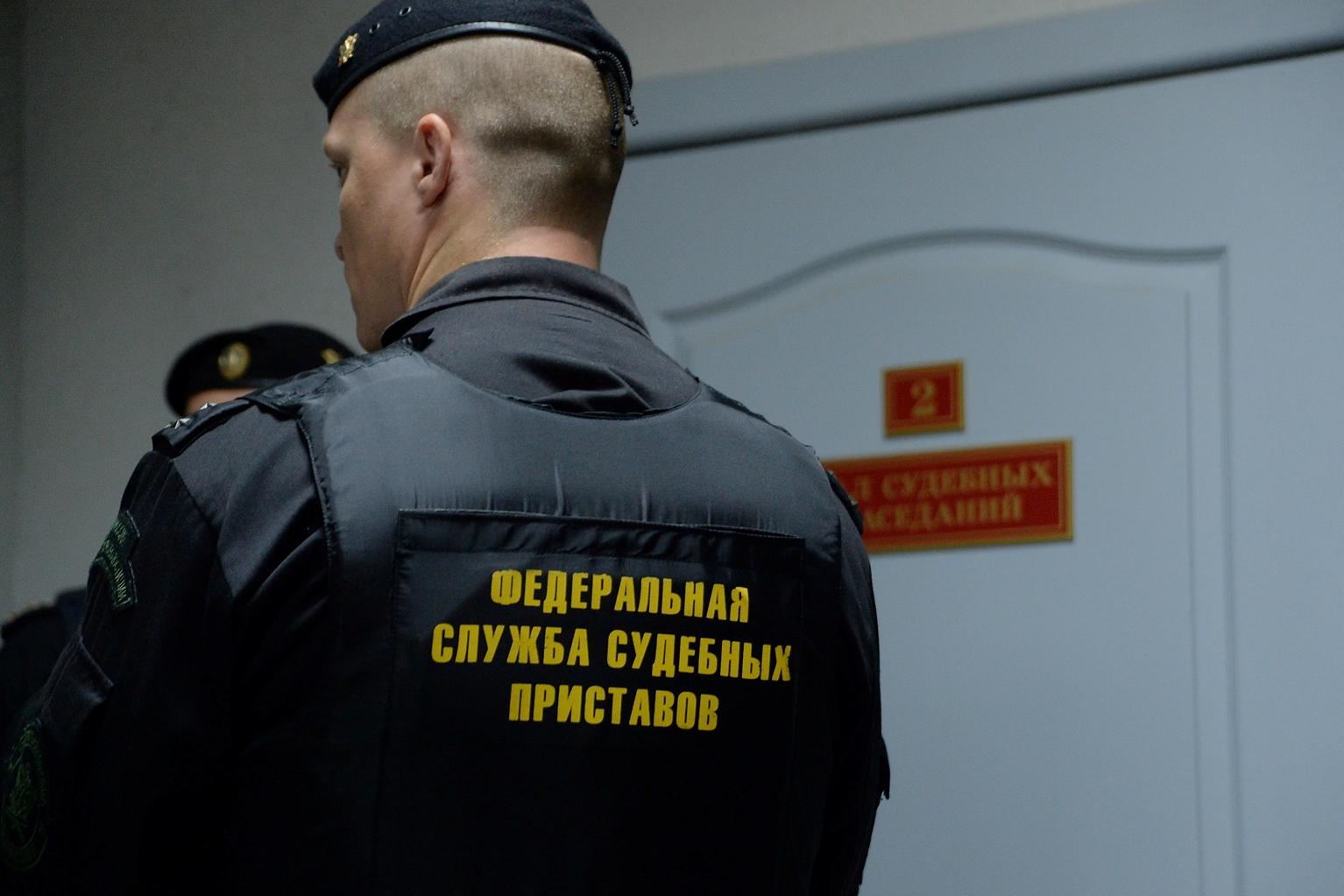 Приставы запретили выезжать за границу четырем депутатам-должникам