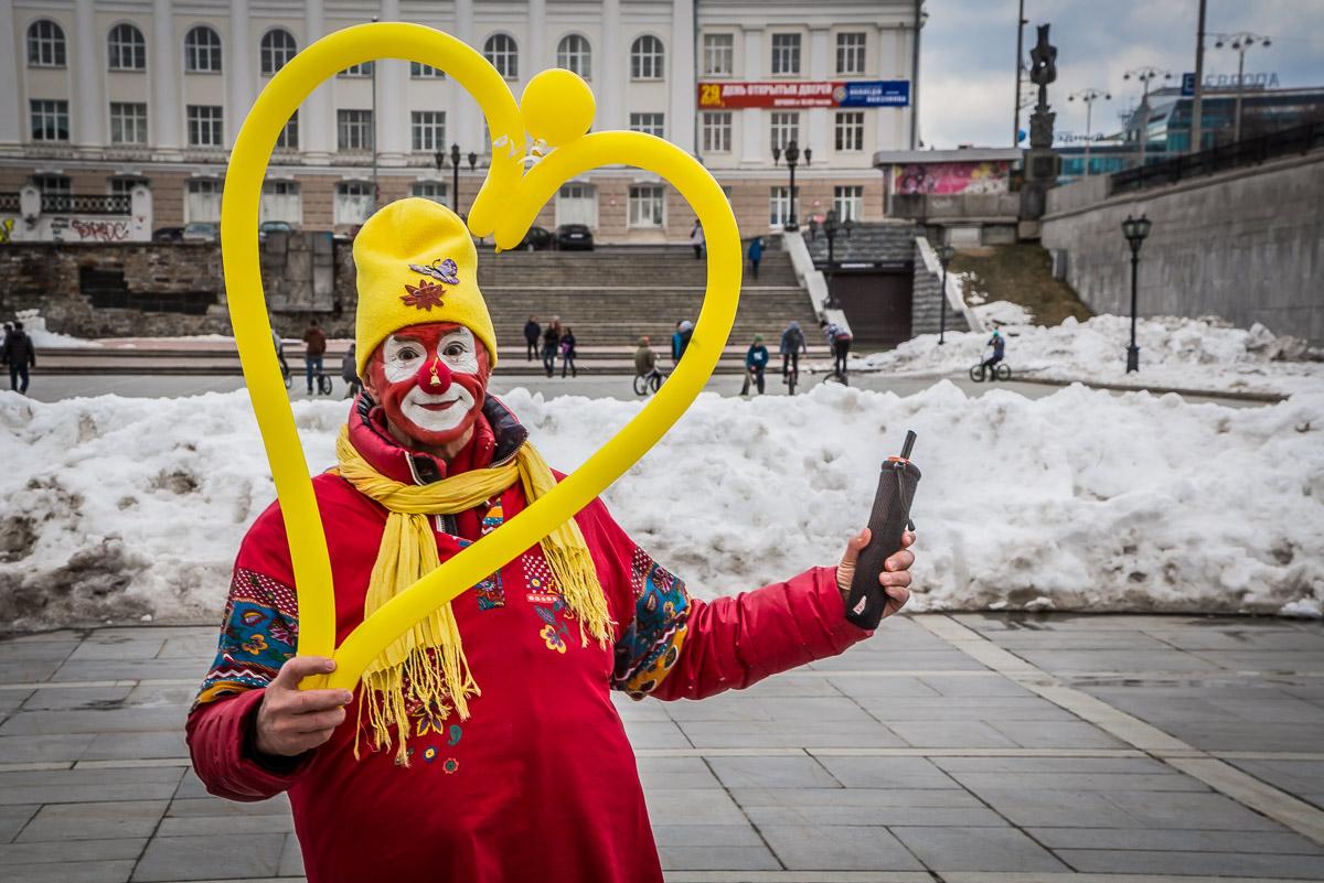 «Страна дураков — наша страна»: в Екатеринбурге прошел Парад клоунов