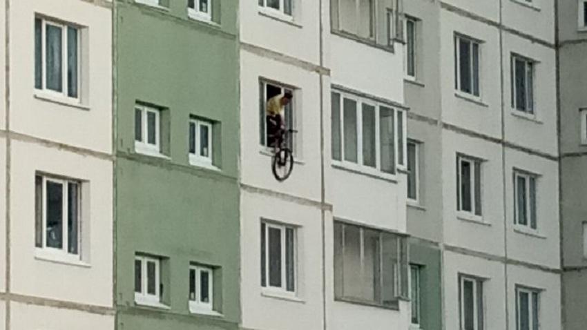 На Юго-Западе мужчина выкинул из окна велосипед и ноутбук, попытался выпрыгнуть сам и устроил пожар