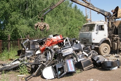 В Тагиле бульдозер раздавил 300 «одноруких бандитов»
