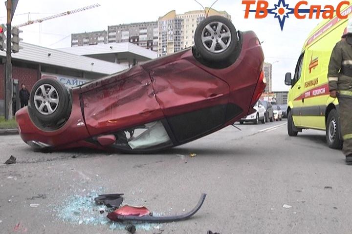 У ТЦ «Карнавал» перевернулся Hyundai