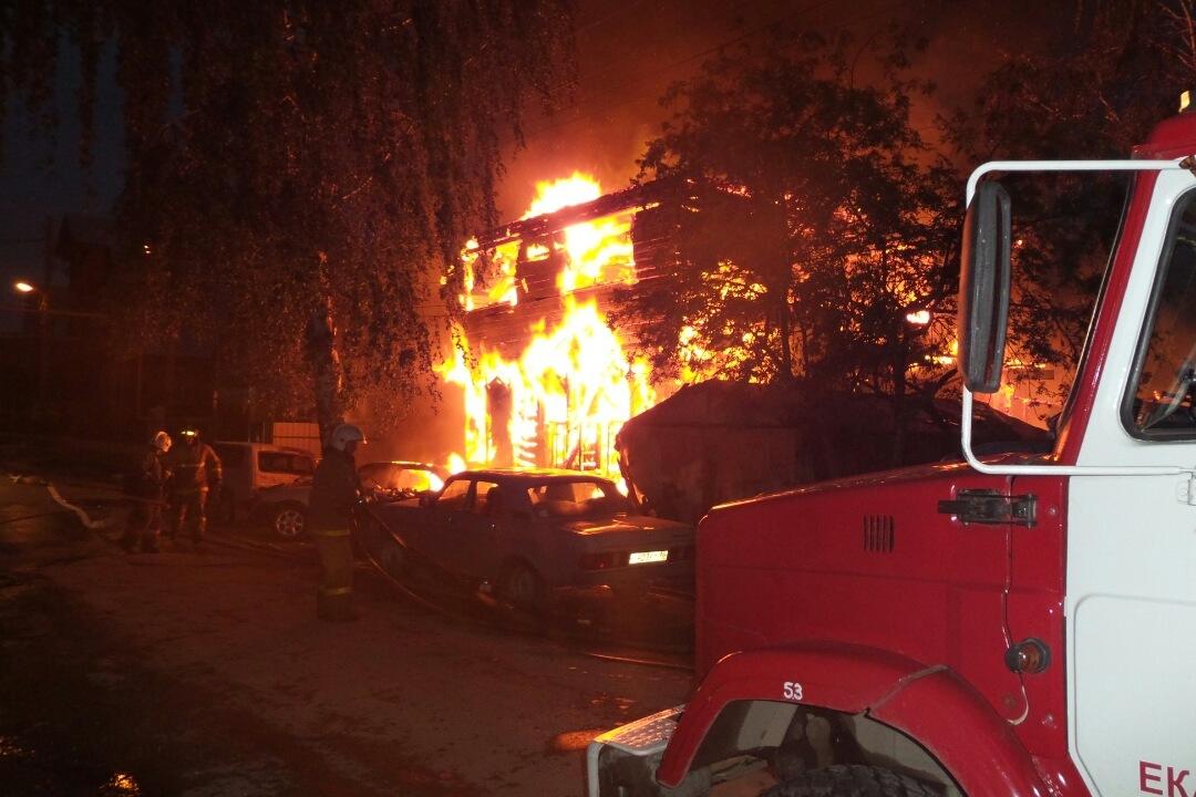 В цыганском поселке выгорел двухэтажный дом