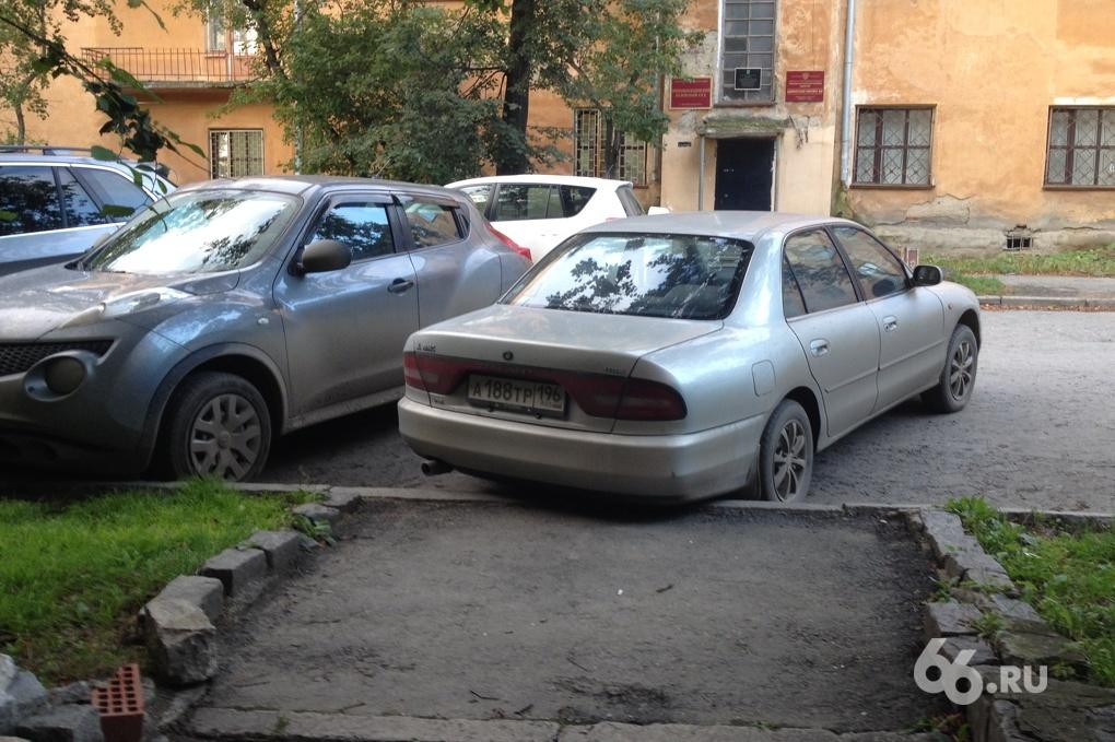 Газоны во дворе на Уралмаше оккупировали машины прокуроров и адвокатов