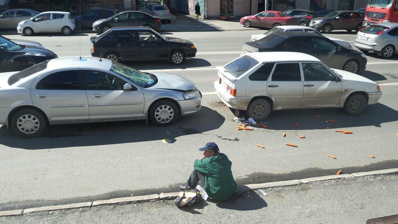 Пьяный мужчина с пакетом моркови атаковал машину МЧС в центре Екатеринбурга