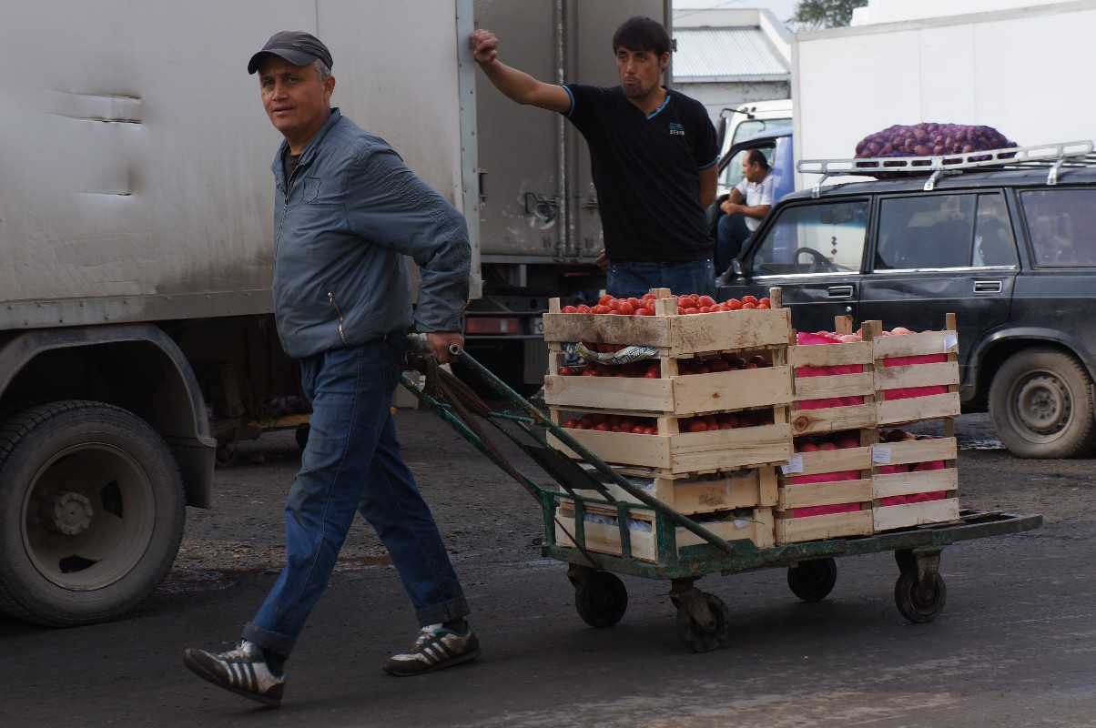 Азербайджанцы с овощебазы спасут Екатеринбург от европейских санкций