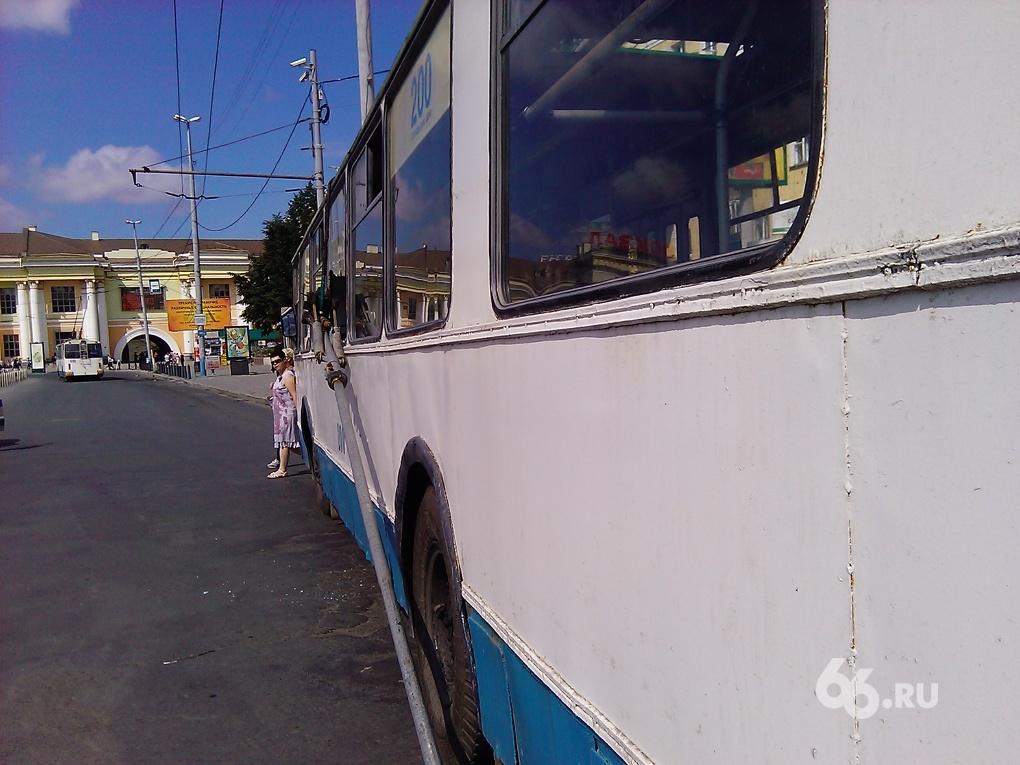 У вокзала троллейбус рассыпался на ходу