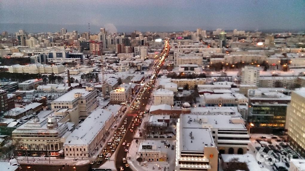 Снега нет, а пробки есть: все въезды в центр Екатеринбурга встали из-за мелких аварий