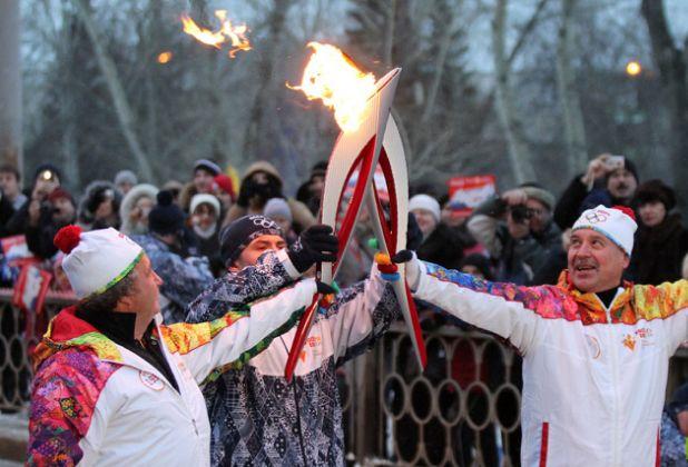 Горящие шапки и верблюд-факелоносец: олимпийский огонь добрался до Сочи