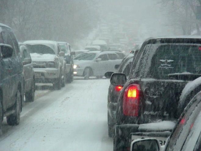 Вторая волна снегопадов накрыла Екатеринбург: гололедица, пробки и ДТП