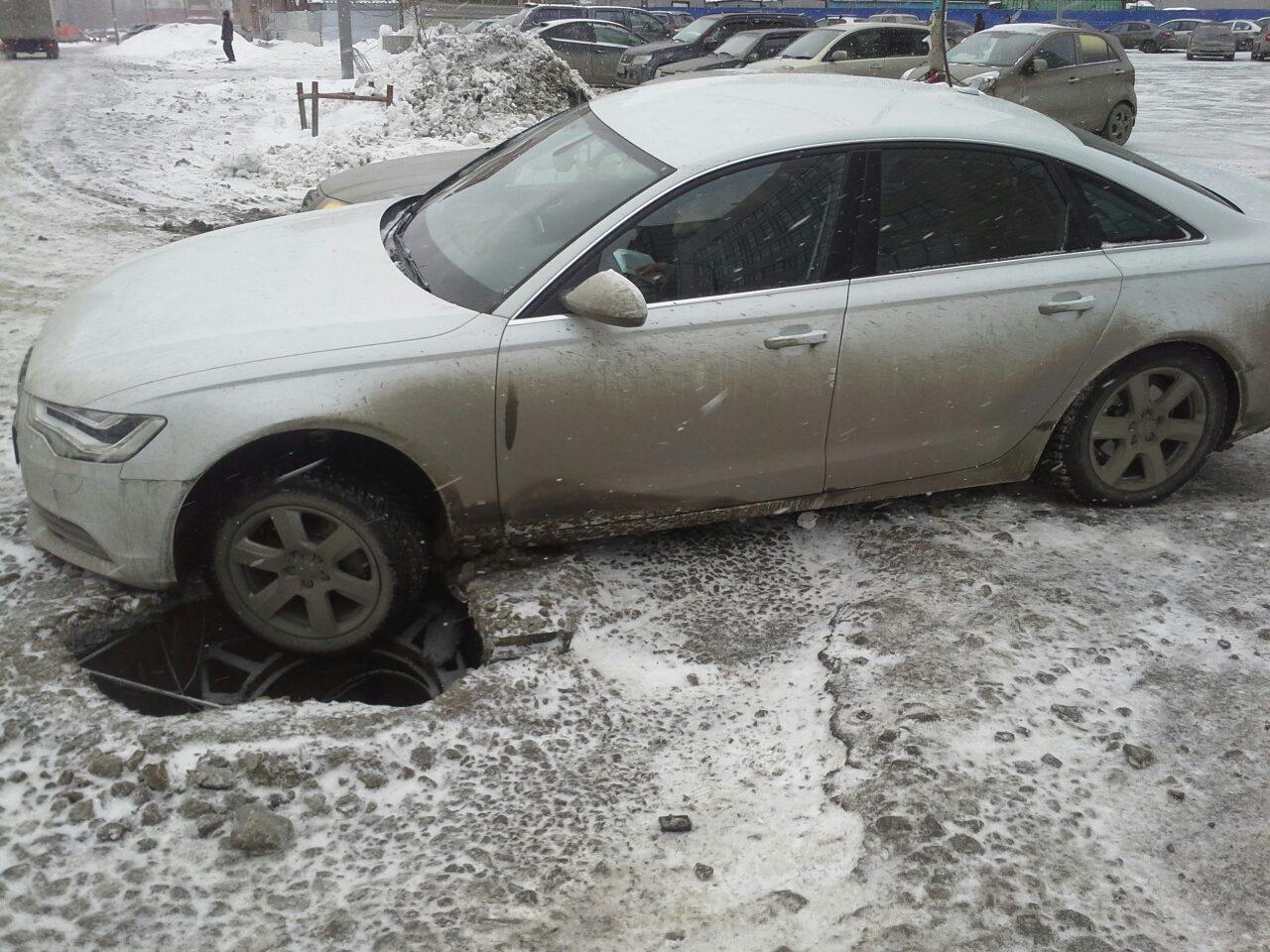 Берегите колеса. У ТЦ «Мегаполис» коммунальный капкан поймал Audi