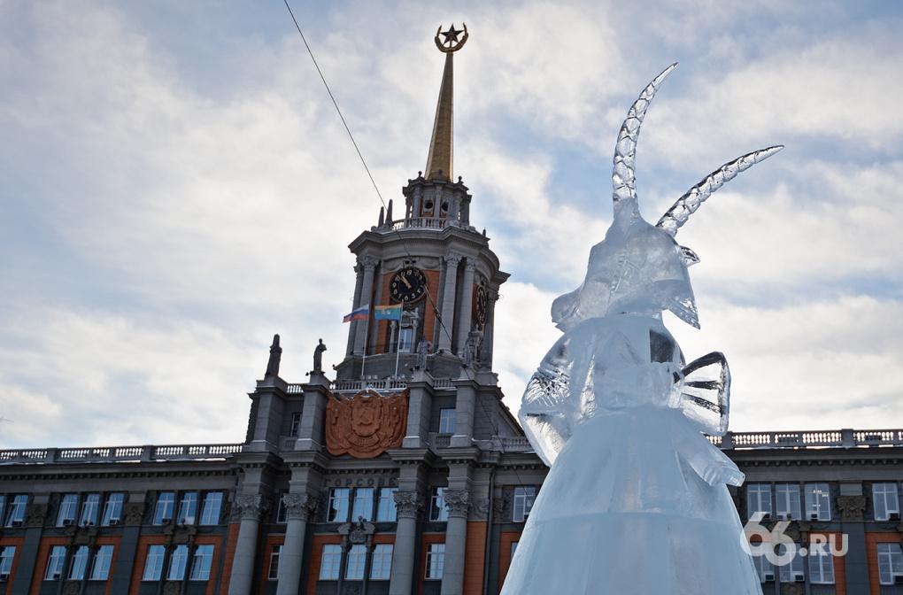 Фоторепортаж 66.ru: на площади 1905 года рождается ледовый городок