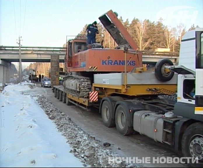 На Высоцкого водитель тягача повредил мост