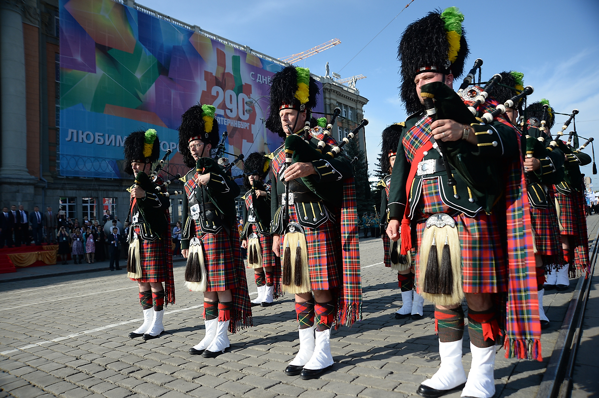 День города — 2013: шотландцы играют на волынках, а итальянцы кидаются флагами