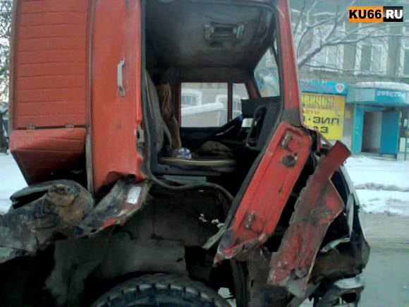В Каменске неуправляемый КамАЗ протаранил восемь легковушек