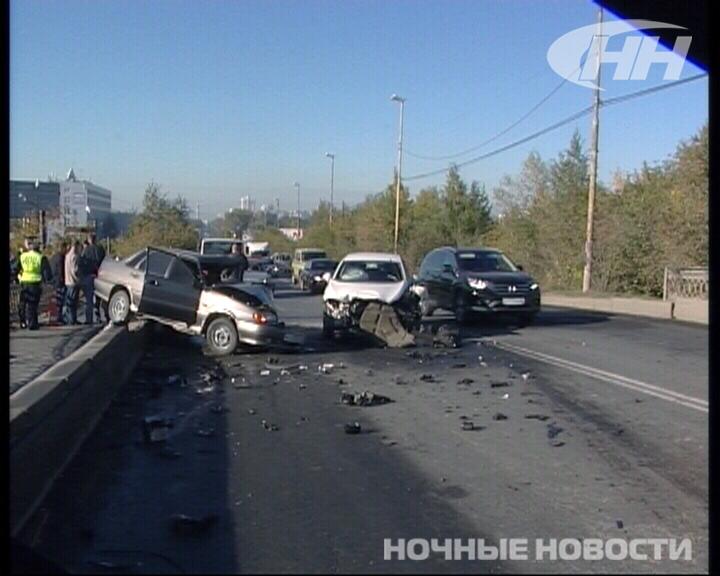 На Блюхеровском мосту столкнулись сразу три автомобиля