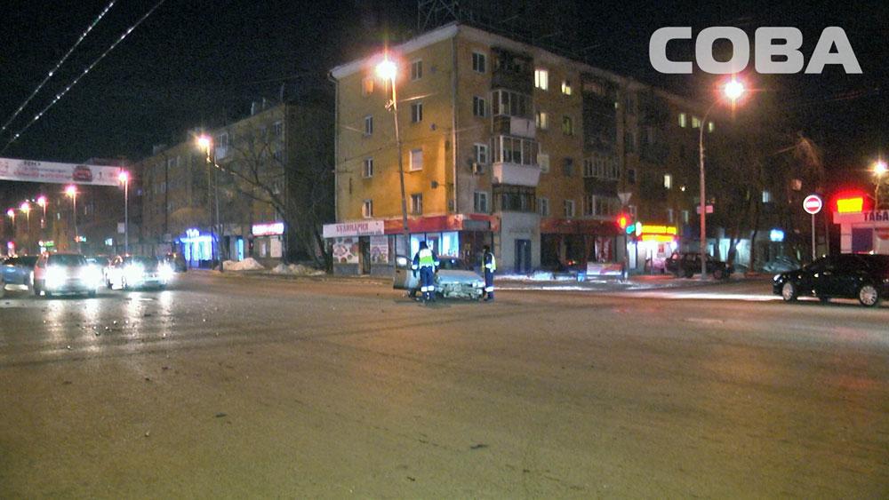 Ночью на Малышева лихач на «десятке» протаранил Mitsubishi