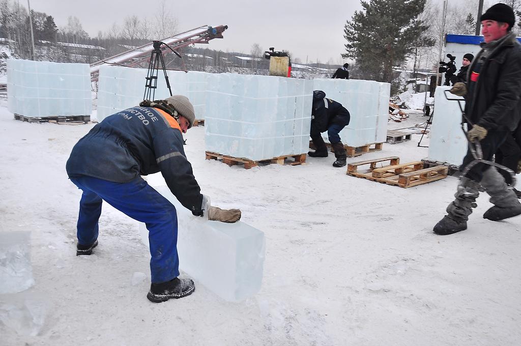 Фоторепортаж 66.ru: мы увидели, как пилят лед для ледового городка