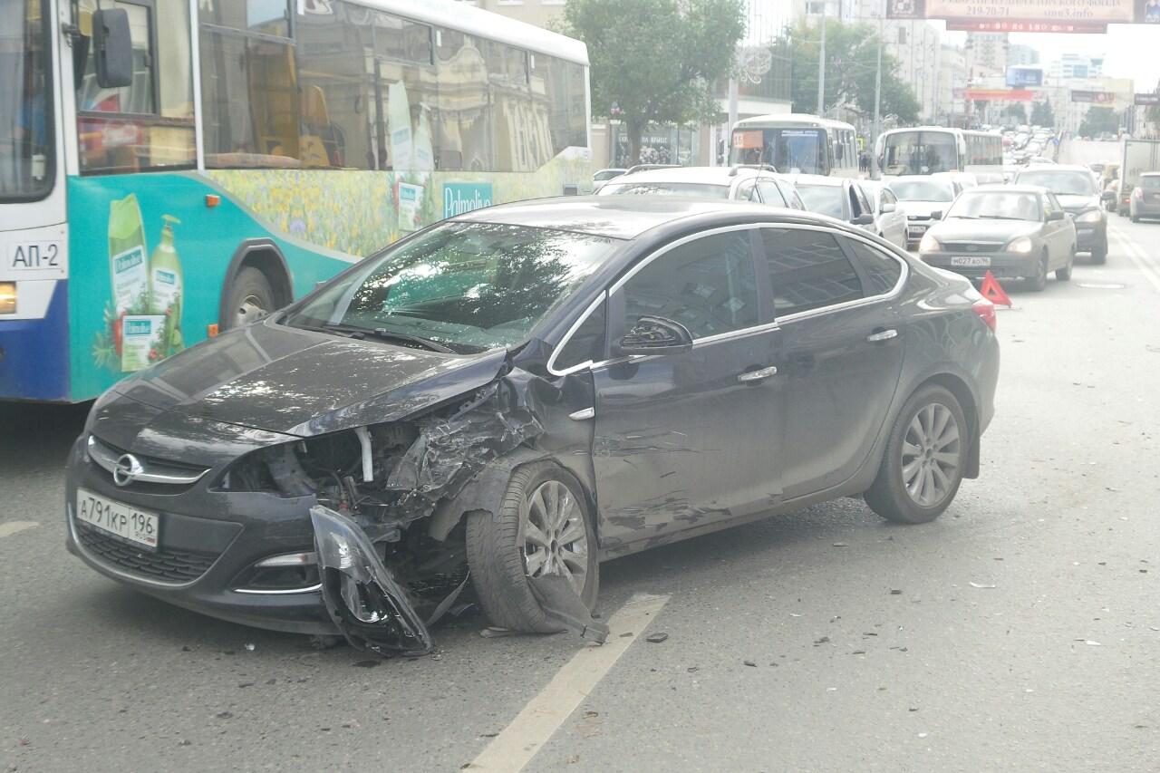 Выехал на встречку: Opel столкнулся с Toyota на Карла Либкнехта