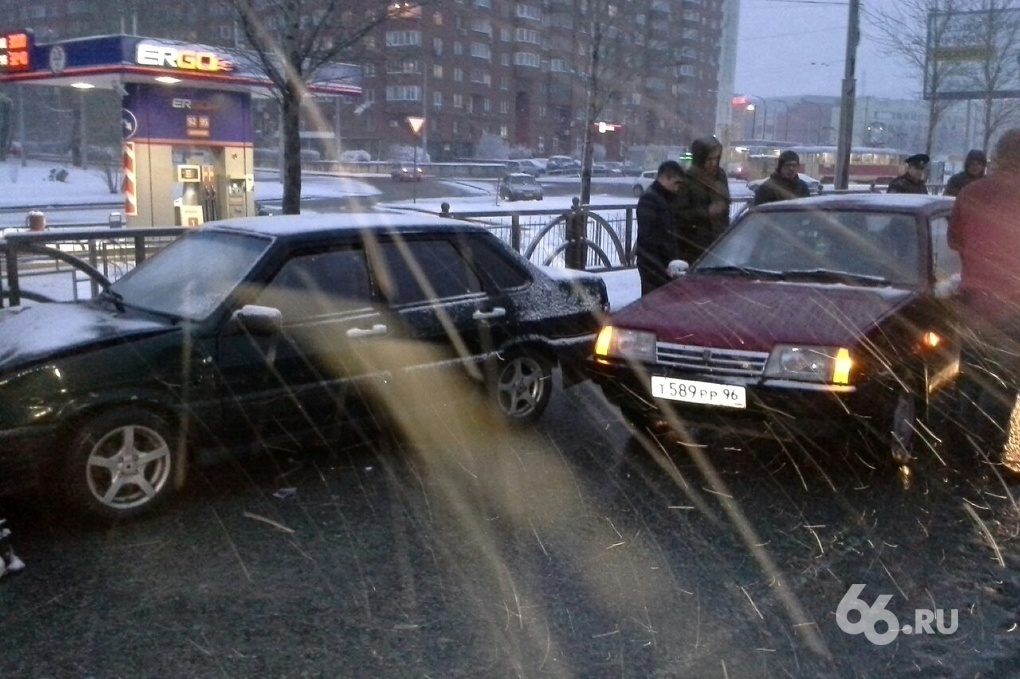 Неопытный водитель сбил двух рабочих возле ЦПКиО