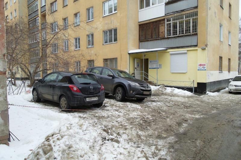 Девушке, которая оставила машину на парковке УК «Верх-Исетская», прокололи колеса