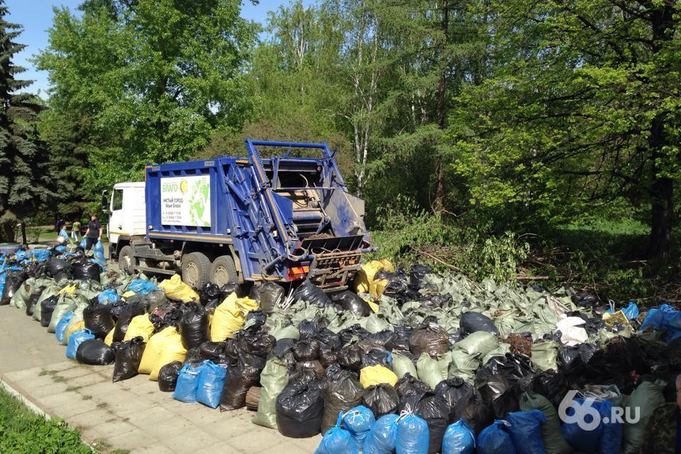 Екатеринбуржцы вышли на уборку Харитоновского парка